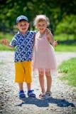 La fille avec le garçon se tortillent Image stock