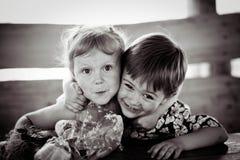 La fille avec le garçon se tortillent monochrome Photo libre de droits