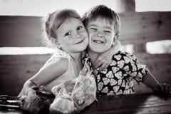 La fille avec le garçon se tortillent monochrome Photos stock