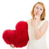 La fille avec le geste de coeur affiche le silence Photos stock