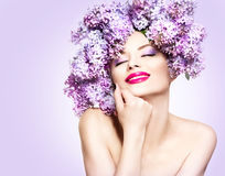 La fille avec le lilas fleurit la coiffure image libre de droits