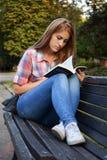La fille avec le livre image stock