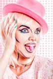 La fille avec le maquillage dans l'art de bruit de style mange le bonbon dur Photographie stock