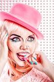 La fille avec le maquillage dans l'art de bruit de style mange le bonbon dur Photo stock