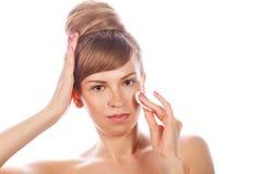 La fille avec le maquillage nu tient une protection de coton Images stock