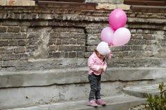 La fille avec le rose monte en ballon le portrait urbain Photo libre de droits