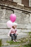 La fille avec le rose monte en ballon le portrait urbain Photographie stock libre de droits