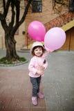 La fille avec le rose monte en ballon le portrait urbain Photographie stock