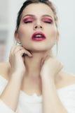 La fille avec le rouge à lèvres enduit photos libres de droits