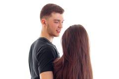 La fille avec le sourire mignon de longs cheveux se tient vis-à-vis du plan rapproché de type Image libre de droits