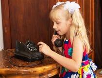 La fille avec le vieux téléphone Photographie stock libre de droits