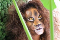 La fille avec le visage de lion bodypaint Photo stock