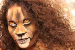 La fille avec le visage de lion bodypaint Photographie stock libre de droits