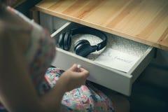 La fille avec les écouteurs et le message soit vous-même L'inscription sur le de papier soit vous-même Image libre de droits