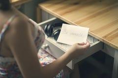 La fille avec les écouteurs et le message soit vous-même L'inscription sur le de papier soit vous-même Photographie stock libre de droits