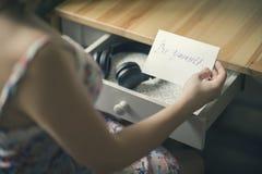 La fille avec les écouteurs et le message soit vous-même L'inscription sur le de papier soit vous-même Images stock