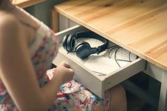 La fille avec les écouteurs et le message soit vous-même L'inscription sur le de papier soit vous-même Photo stock