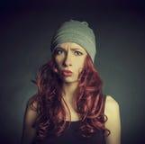La fille avec les cheveux rouges dans un chapeau de sports Images libres de droits