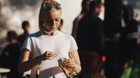 La fille avec la queue de cheval porte la nourriture de portion de foulard pendant le pique-nique dehors le jour d'été clips vidéos
