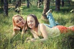 La fille avec sa maman détendent en parc Photo libre de droits