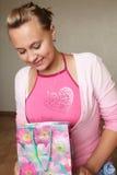 La fille avec un cadeau Photographie stock libre de droits