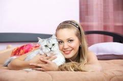 La fille avec un chat Photo stock