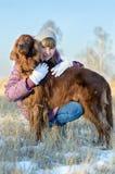 La fille avec un chien. Image libre de droits