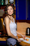 La fille avec un couteau coupe la pomme Photographie stock libre de droits