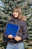 La fille avec un dépliant Photo libre de droits