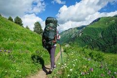 La fille avec un grand sac à dos voyage dans les montagnes de Caucase, la Géorgie Photographie stock