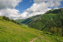 La fille avec un grand sac à dos voyage dans les montagnes de Caucase, la Géorgie Photo libre de droits