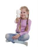 La fille avec une ampoule électrique Photo stock