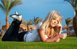 La fille avec une camomille Photographie stock libre de droits