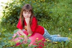 La fille avec une guirlande Image stock