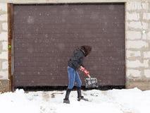 La fille avec une pelle nettoie la neige Images libres de droits