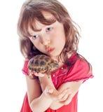 La fille avec une tortue photos stock