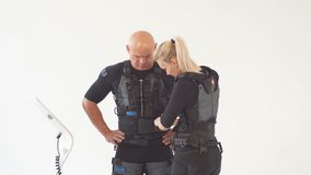 La fille blonde aide l'homme à mettre dessus le costume de SME clips vidéos