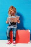 La fille blonde d'enfant avec la valise rose de vintage et la ville tracent prêt pour des vacances d'été Concept de voyage et d'a Image libre de droits