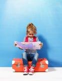La fille blonde d'enfant avec la valise rose de vintage et la ville tracent prêt pour des vacances d'été Concept de voyage et d'a Images libres de droits