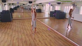 La fille blonde danse avec élégance sous le plafond coloré clips vidéos
