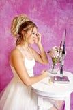 La fille blonde de l'adolescence - robe habillée - s'assied à la vanité Photographie stock libre de droits