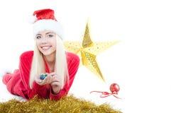 La fille blonde du père noël se trouve avec une étoile Image libre de droits