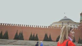 La fille blonde est heureuse d'être à Moscou La fille est satisfaite avec le panorama et la beauté des tours de Kremlin sur le ro banque de vidéos