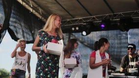 La fille blonde modeste attirante obtient attribuée avec la grande boîte mignonne de livre blanc banque de vidéos