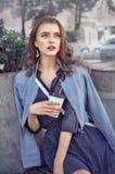 La fille boit du café dehors image libre de droits