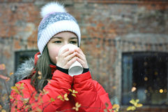 La fille boit du café pendant l'hiver Photos stock