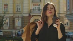 La fille boit du café sur la rue banque de vidéos