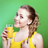 La fille boit du jus d'orange normal Image stock