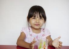 La fille boit du lait Photographie stock libre de droits