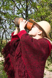 La fille boit du lait d'une cruche Image stock